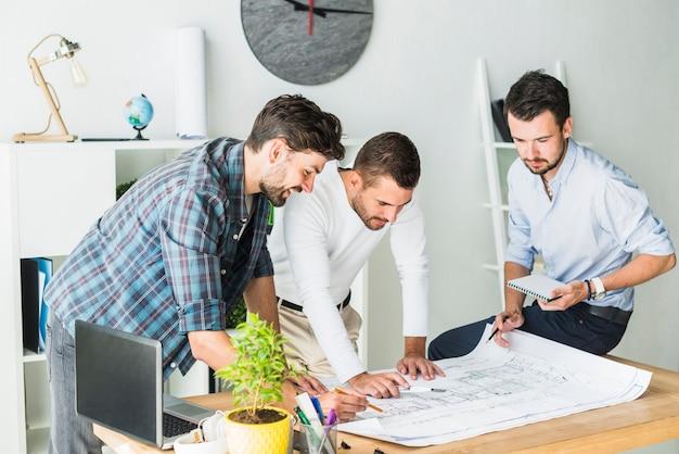 Grupo, de, macho, arquiteta, preparar, blueprint, em, escritório