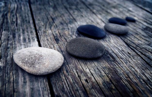 Grupo de madeira da tabela das pedras do conceito dos objetos
