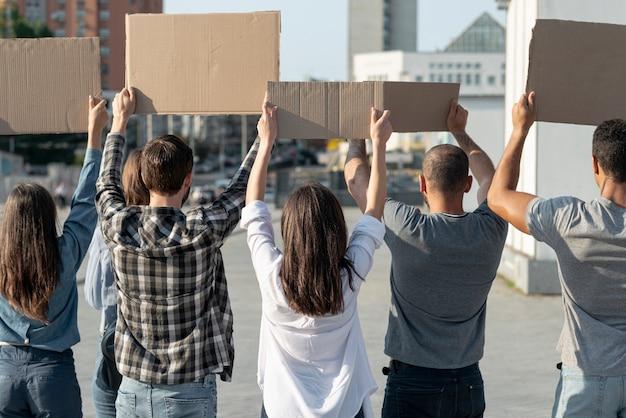 Grupo de manifestantes marchando pela paz