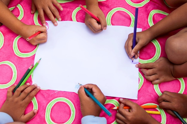 Grupo de mãos de crianças felizes é desenho com lápis coloridos