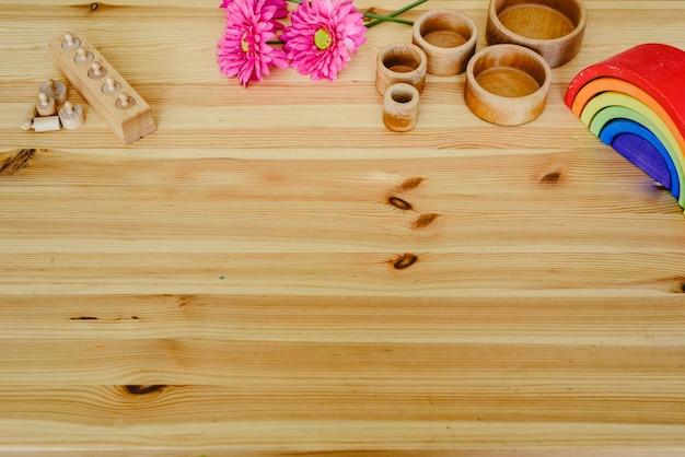 Grupo de materiais de aprendizagem de cores redondas e de madeira na mesa de madeira