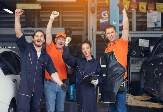 Grupo de mecânicos, mecânico profissional na garagem. oficina de reparação automóvel.