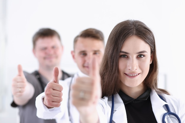 Grupo de médico mostra sinal de aprovação ou aprovação com o polegar para cima retrato. serviço de alto nível, melhor tratamento 911 estilo de vida saudável e satisfeito com o paciente consulta terapêutica conceito físico