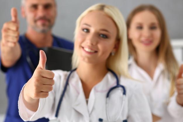 Grupo de médico mostrar ok ou confirmar o sinal com o polegar para cima