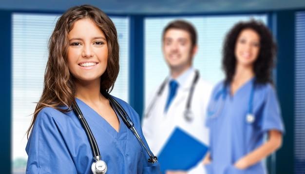 Grupo de médicos a sorrir