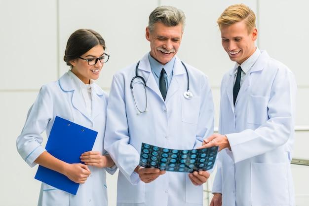 Grupo de médicos bem sucedidos no hospital.