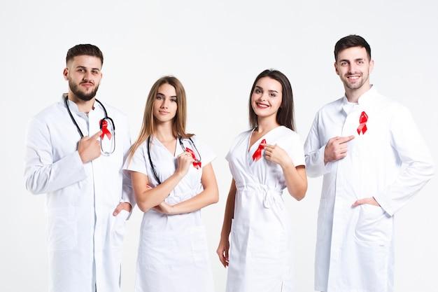 Grupo de médicos com aquarela de fita vermelha