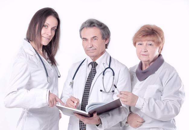 Grupo de médicos com os documentos.