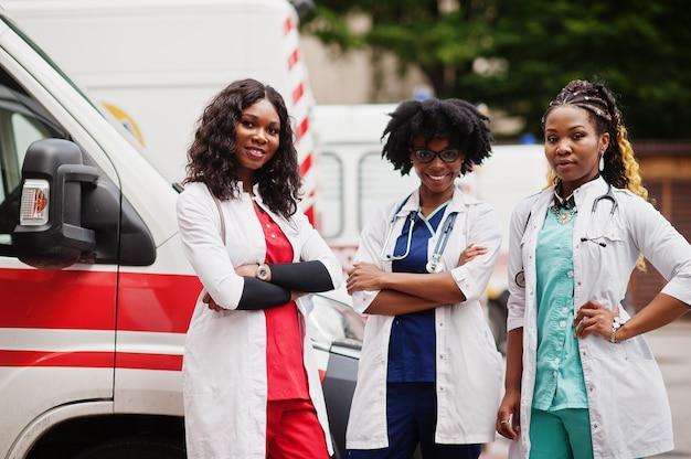 Grupo de médicos da equipe de emergência da ambulância paramédica africana