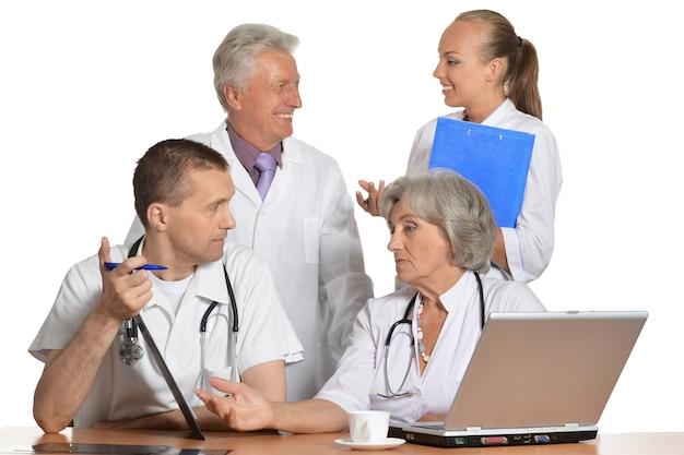Grupo de médicos discutindo à mesa