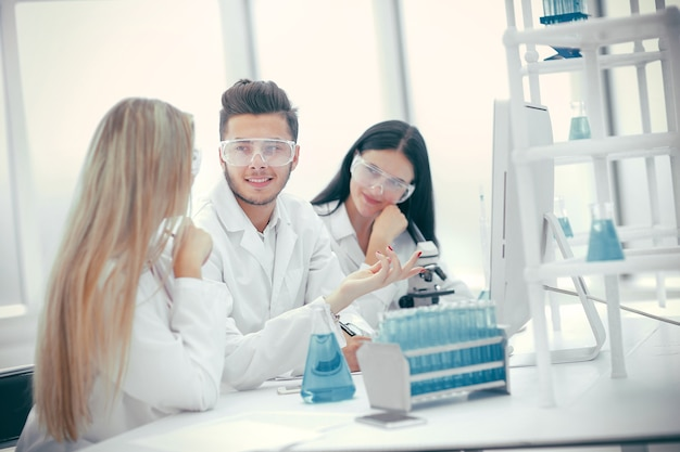 Grupo de médicos discutindo os resultados dos testes para o coronavírus. ciência e saúde