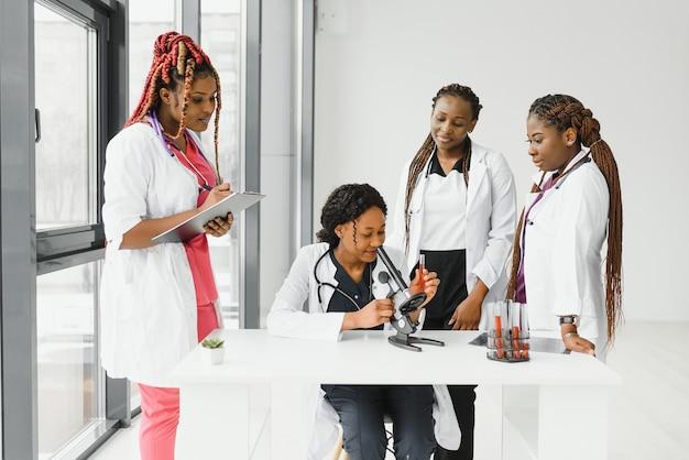 Grupo de médicos e enfermeiras em um hospital
