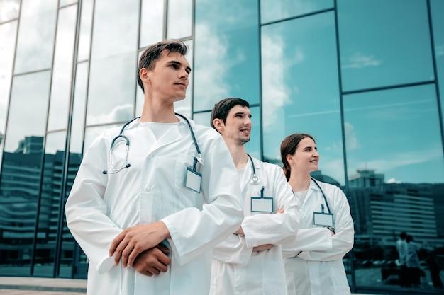 Grupo de médicos esperando a chegada da ambulância