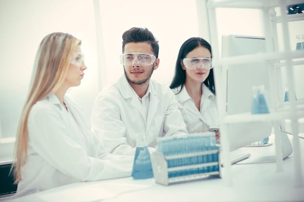 Grupo de médicos está trabalhando com testes para coronavírus. ciência e saúde