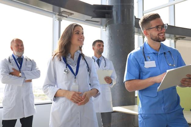 Grupo de médicos falando durante a conferência.