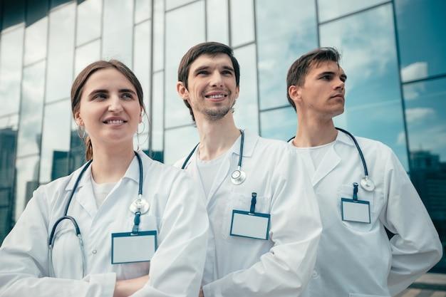 Grupo de médicos juntos e olhando para a frente