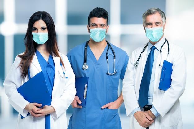 Grupo de médicos mascarados durante a pandemia de coronavírus