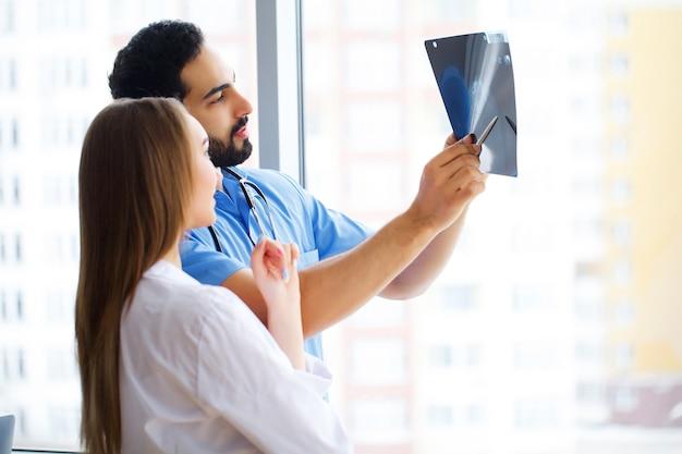 Grupo de médicos multirraciais felizes trabalhando juntos na clínica