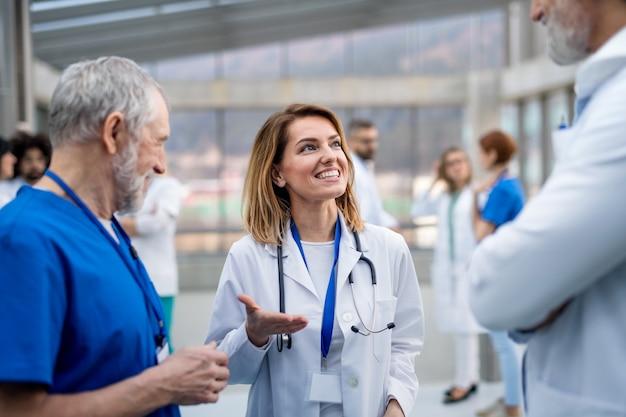 Grupo de médicos na conferência, equipe médica em pé e discutindo questões.