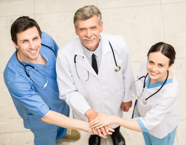 Grupo de médicos no hospital.