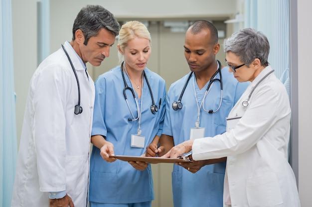 Grupo de médicos reunião