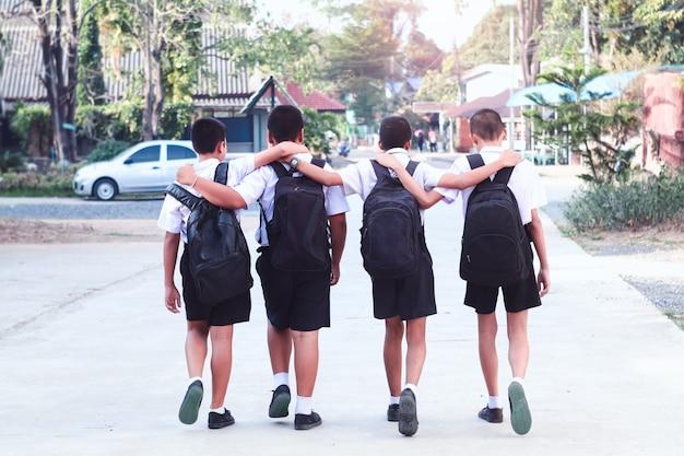 Grupo de melhores amigos andando na estrada