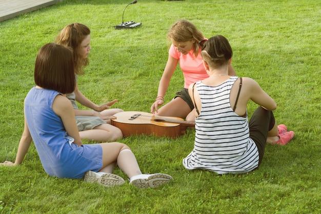 Grupo, de, meninas adolescentes, tendo divertimento, com, guitarra