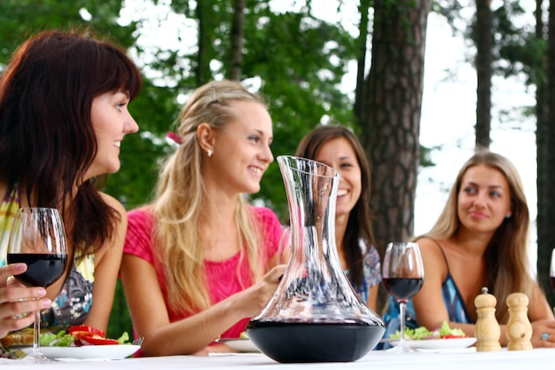 Grupo de meninas bonitas, bebendo vinho
