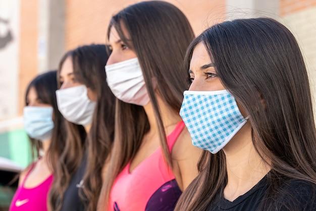 Grupo de meninas com máscaras