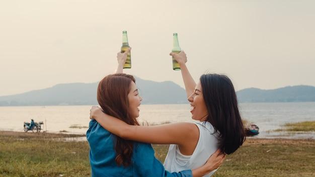Grupo de meninas da ásia, melhores amigas, adolescentes, bebendo, se divertindo, saudação, brinde, de, cerveja, garrafa, festa, com, momentos felizes, juntos, em, acampamento