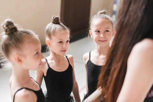 Grupo de meninas de bailarina com seu professor