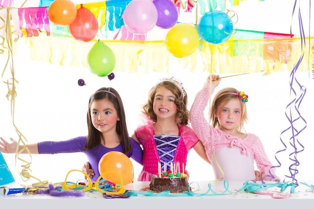 Grupo de meninas de festa de aniversário feliz de crianças