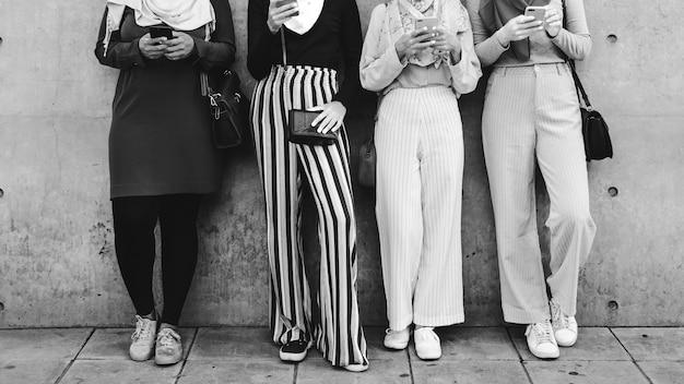 Grupo de meninas islâmicas usando telefone inteligente