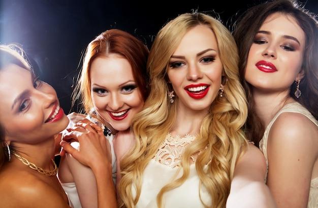 Grupo de meninas rindo, festa