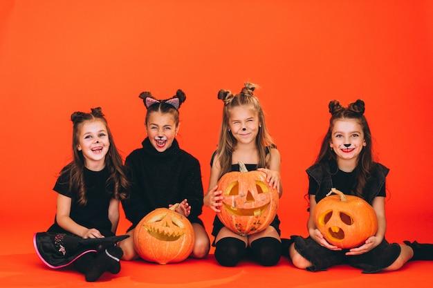 Grupo de meninas vestidas em trajes de halloween no estúdio