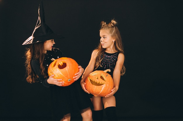 Grupo de meninas vestidas em trajes de halloween no estúdio Foto gratuita
