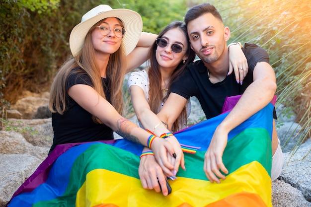 Grupo de meninos e meninas na festa do orgulho gay