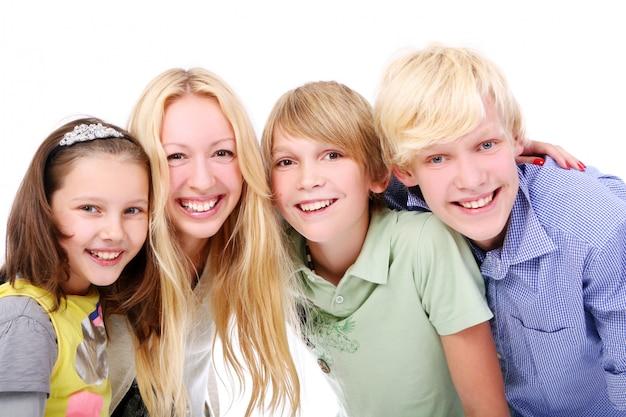 Grupo de meninos jovens e bonitos