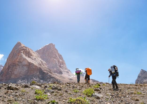 Grupo de mochileiros, caminhadas nas montanhas de fann.