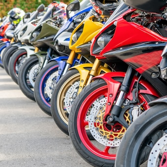 Grupo de motocicletas estacionamento na rua da cidade no verão
