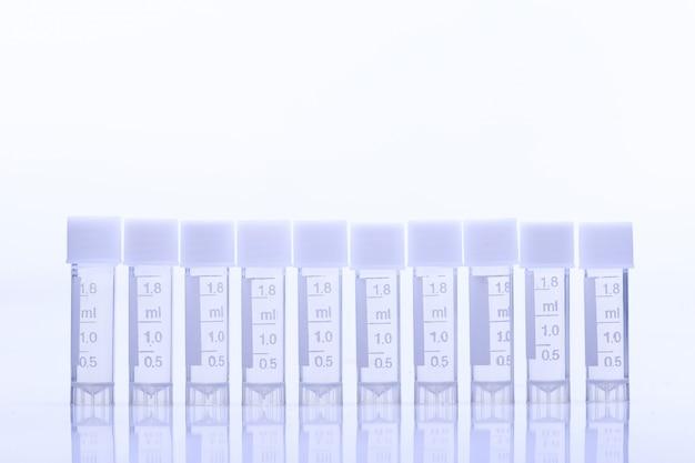 Grupo de muitas ferramentas de teste de laboratório com tampa de tubo de plástico de 1,8 ml