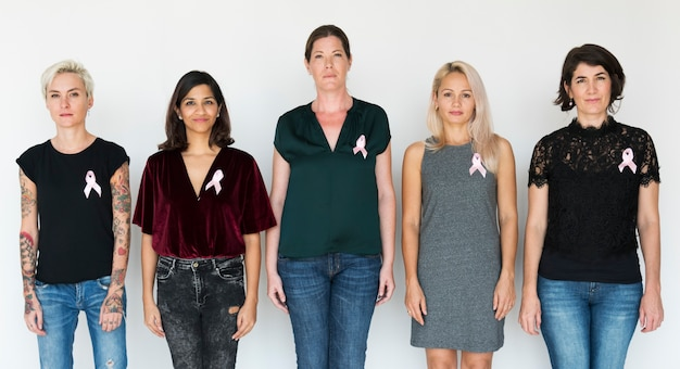 Grupo de mulher diversificada com estúdio de fita rosa
