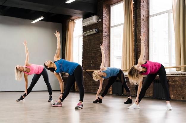 Grupo de mulheres adultas malhando no estúdio