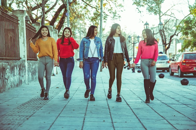 Grupo de mulheres andando na rua