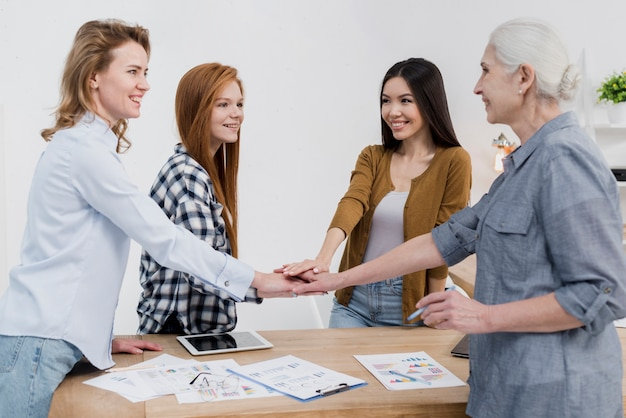 Grupo de mulheres apoiando-se