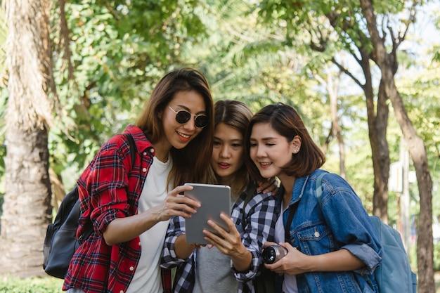 Grupo, de, mulheres asian, usando, câmera, fazer, foto, enquanto, viajar, em, parque, em, urbano, cidade, em, bangkok