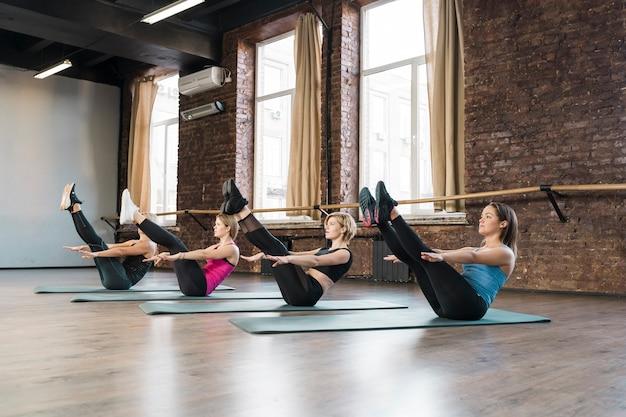 Grupo de mulheres bonitas, exercitando juntos