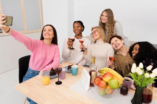 Grupo de mulheres bonitas tomando uma selfie