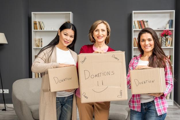 Grupo de mulheres com caixas de doação