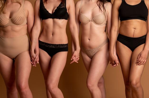 Grupo de mulheres com corpo e etnia diferentes